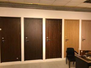 Cửa nhựa chất liệu Composite vô cùng sang trọng và đẹp mắt, có thể lắp đặt tại các văn phòng, tòa nhà lớn