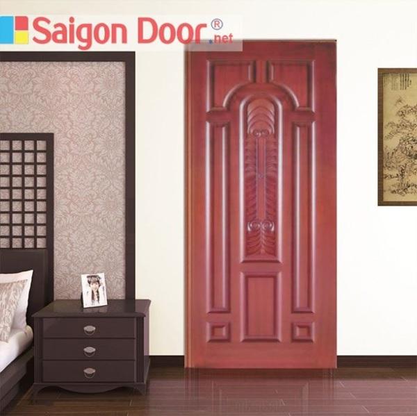 Mẫu cửa gỗ tự nhiên thiết kế với hoa văn cầu kỳ, thích hợp cho những phòng ngủ phong cách tân cổ điển