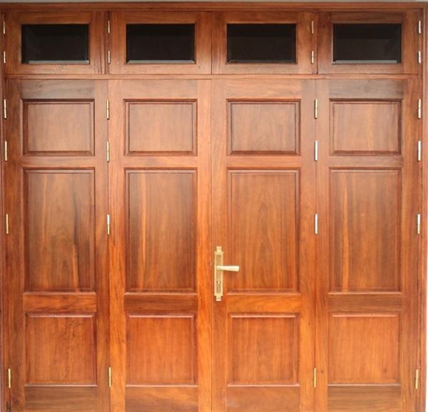 Cửa 4 cánh bằng gỗ tự nhiên với thiết kế chắc chắn cùng màu sắc tươi sáng, mang lại cảm giác tươi mới, thu hút cho ngôi nhà