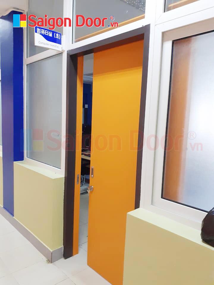 Mẫu cửa lùa gỗ MDF có khung bao cho văn phòng công ty