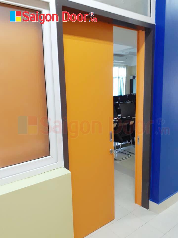 Mẫu cửa lùa gỗ MDF có khung bao cho nhà xưởng